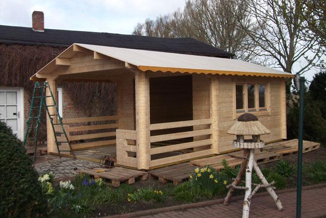 Hobbyhandwerker, die ihr Blockbohlenhaus selber bauen möchten, sollten die Kosten im Blick haben.